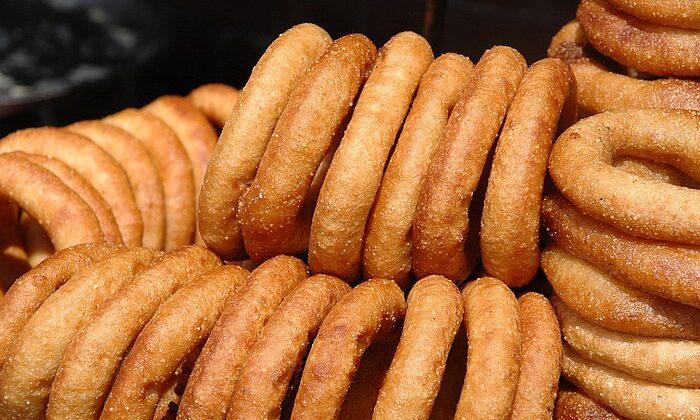 यहाँ  की  है फेमस सेल रोटी ( sel roti )