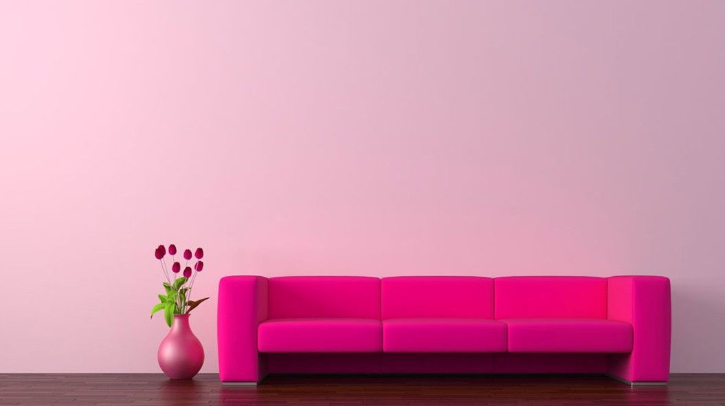 living-room-decoration-pink-walls-red-sofa-wood-flooring