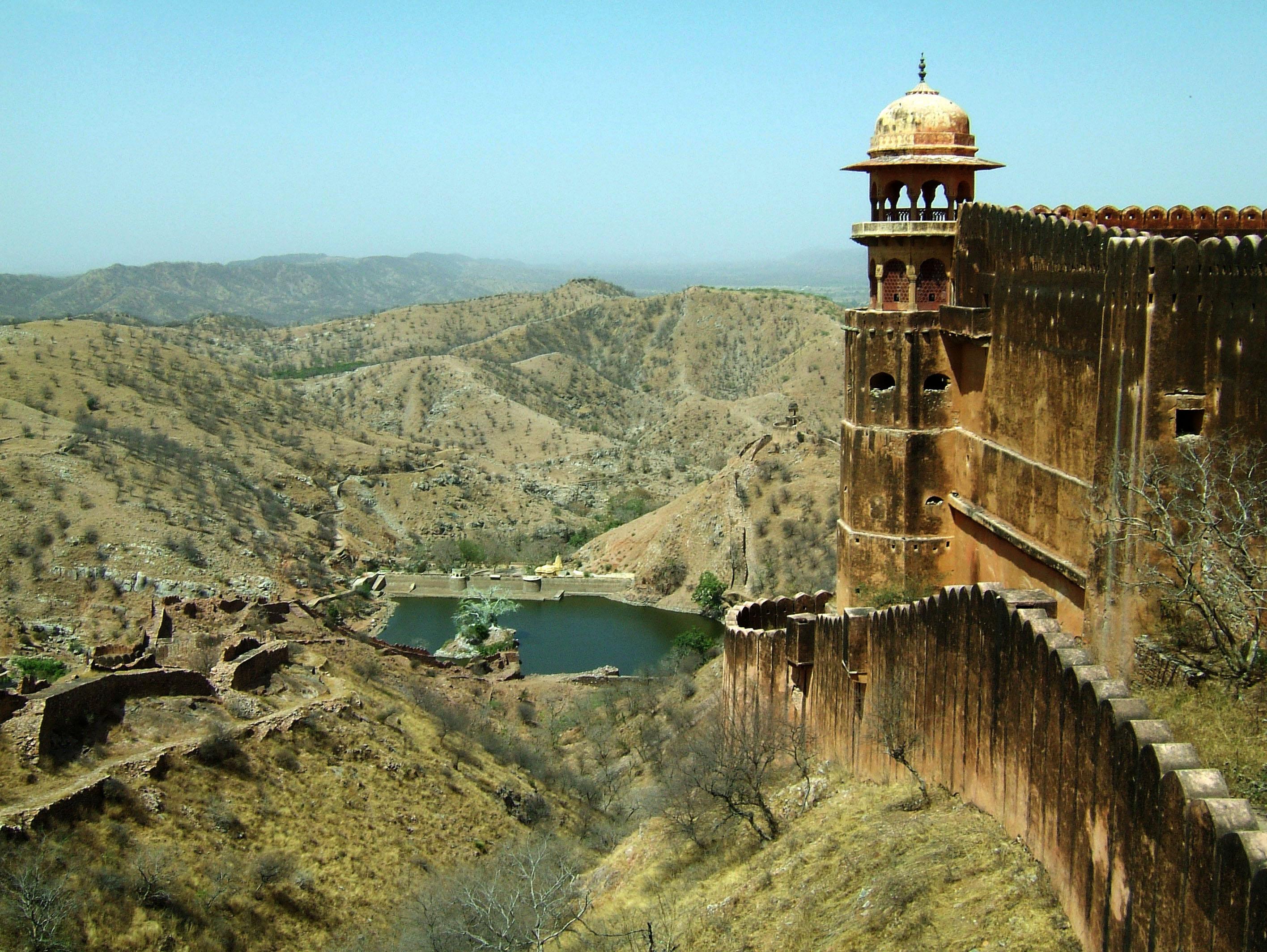 634924098371900025_rajasthan-jaipur-jaigarh-fort-perimeter-walls-apr-2004-01