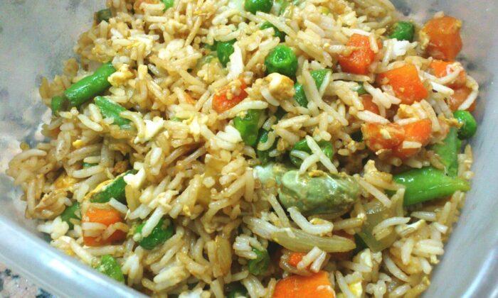 रात के चावल बच जाएं, तो फेंके नहीं बनाए उसका वेज़-फ्राई-राइस ( rice settled for the night )