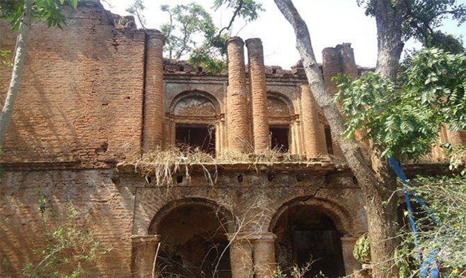 विशाल महल अब खंडहर में परिवर्तित ( the castle ruins )