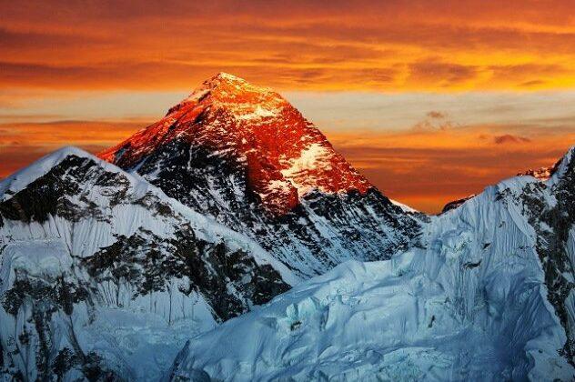 रंग बदलता है ये पर्वत ( everest changes the coloure )