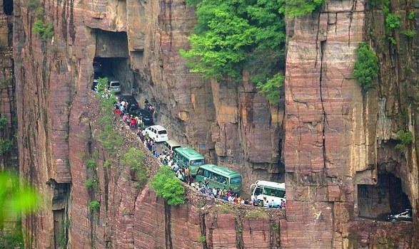 ये है एक खतरनाक सुरंग ( dangerous tunnels road )