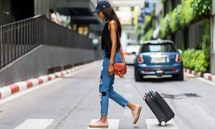 आप चाहती है यात्रा के दौरान भी सुंदर दिखना तो करे ये ( be care to travel for beautiful skin )