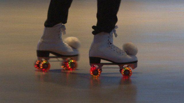 इस मासूम सी बच्ची ने करा कुछ ऐसा की आपके होश उड़ जायेंगे देखकर ( cute girl amazing dance with roller )