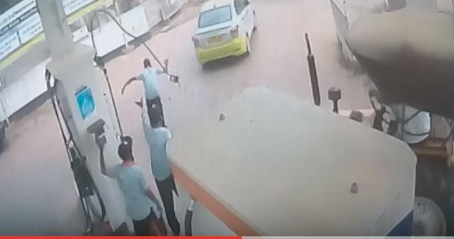 वीडियो में देखे : ओला कैब ड्राइवर की इस हरकत से हो सकती थी बड़ी दुर्घटना ( this ola cab driver could have had a big accident )