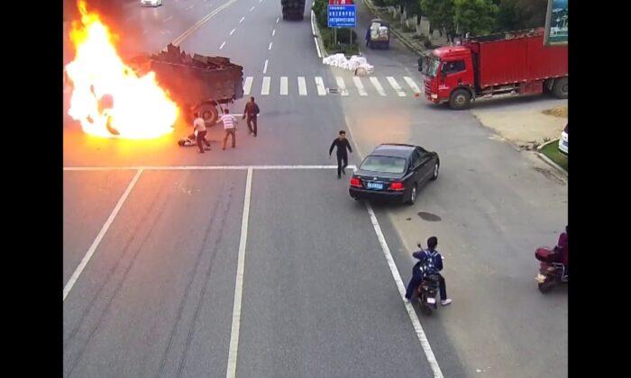 बाइक सवार ट्रक से टकराया और  लग गयी 'आग', देखने वालो की कांप उठी रूह ( bike rider burns after colliding with the truck )