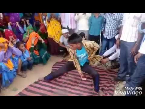 सावधान : इस वीडियो को देख कर हँसी छुटपड़ी तो उसकी कोई गारंटी नही है जी ( the young man is dancing viral funny videos )