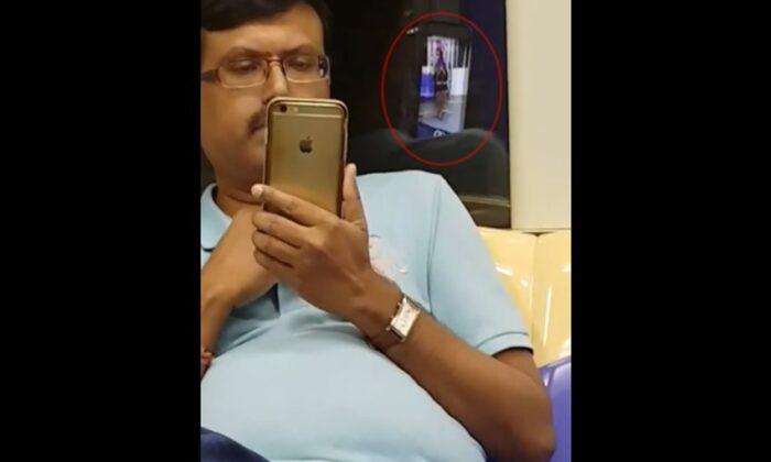 अंकल जी ने लड़की ताड़ने का अच्छा तरीका निकाला ,लेकिन अफ़सोस शीशे ने खोल दी पोल ( man teasing girl using smartphone camera in singapore metro )