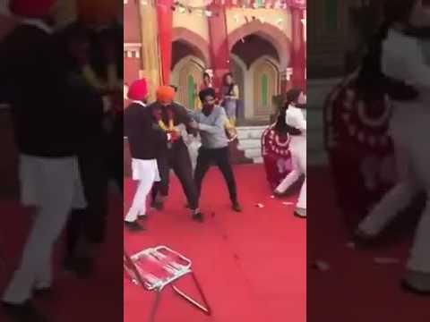 मियाँ बीवी राज़ी पर बीच में आये काज़ी तो तलवारे चलनी ही थी भाई ( punjabi wedding grooms sword funny video )