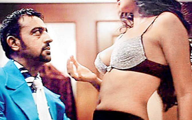 """बॉलीवुड के """"बेड मैंन भी घबरा गए थे, जब करना था कैटरीना कैफ के साथ """"किस"""" सीन ( gulshan grover romantic kiss scenes with katrina kaif )"""
