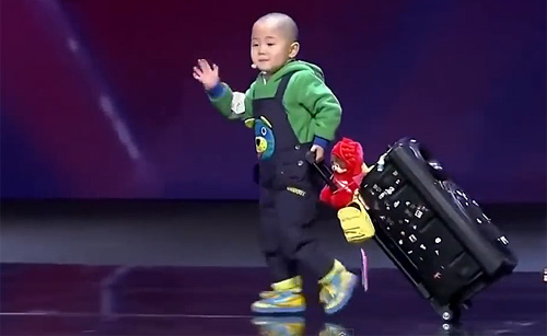 3 साल के चीनी बच्चे ने तो हद कर दी, आप भी वीडियो देखोगे तो पेट पकड़कर हँसोगे ( 3 years old chinese toddler wonderful dance in china tv show )