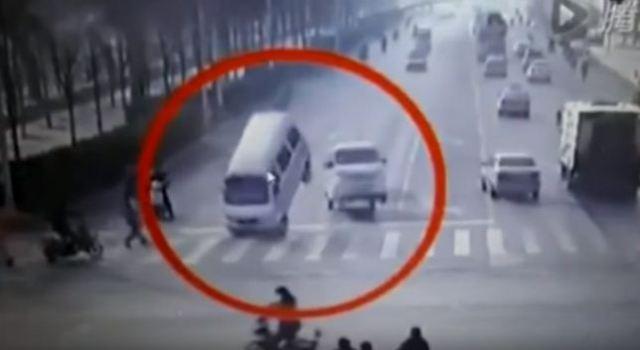 रहस्यमयी तरीके से अचानक हवा में झूली सड़क पर दौड़ती गाड़ियाँ, वीडियो देखें ( vehicle suddenly lift in air on china bizarre road )
