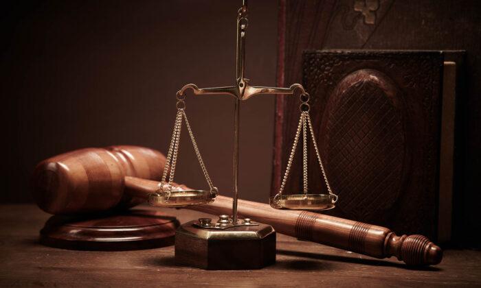 दुनियाभर के 7 अज़ीबो गरीब कानून जान, सिर पकड़ लोगे अपना ( 10 strangest laws around the world )