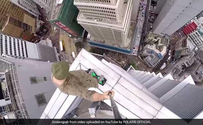 ये शख्स करता है ऊँची मीनारों पर चढ़कर जानलेवा स्टंट ( a man ride a hoverboard plays basketball in skyscraper )