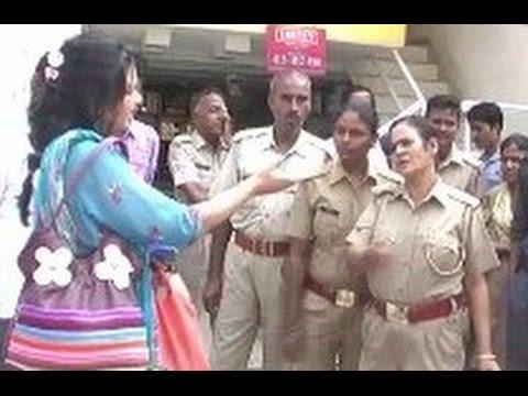 टल्ली आंटी के जब खत्म ना हुए तमाशे,तो पुलिस को लगाने पड़े तमाचे वीडियो हुआ वायरल ( drunk woman viral video )