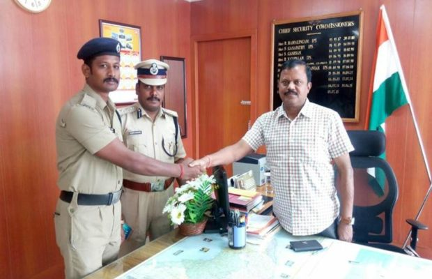 """आरपीएफ जवान की समझदारी से मिला एक यात्री को """"जीवनदान"""" ( viral video rpf constable k shanmugham saves passenger life )"""