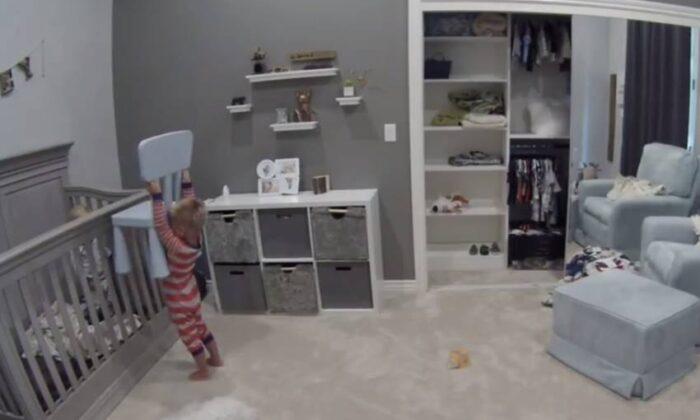 नन्हे बच्चे ने पालने में कुर्सी फेंक ऐसे निकाला छोटे भाई को बाहर, देखने वाले रह गए हैरान ( caught on cctv camera toddler helps baby brother out of crib )