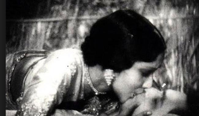 """बॉलीवुड की पहली फिल्म जिसमे दिखाया गया था """"किसिंग"""" सीन ( the first kissing scene in bollywood movie )"""