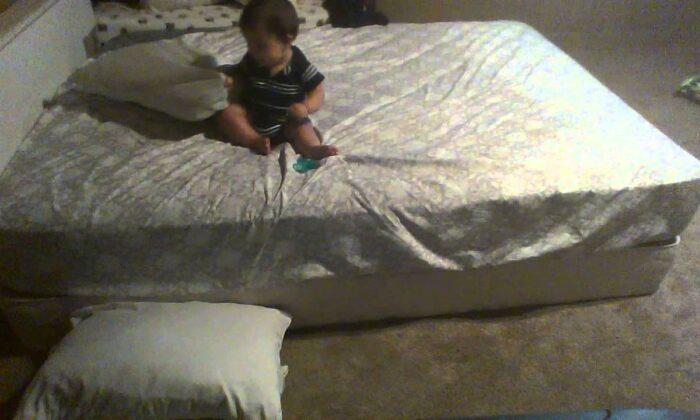 वीडियो में देखें: क्यूट से बच्चे का बेड से उतरने का जुगाड़ ( funny kid viral video )