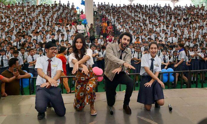 जब जग्गा जासूस बना बच्चो के संग बच्चा तो हुआ फिर ये, तस्वीरों में देखें ( katrina kaif ranbir kapoor at ryan international school in delhi for jagga jasoos movie promotions )