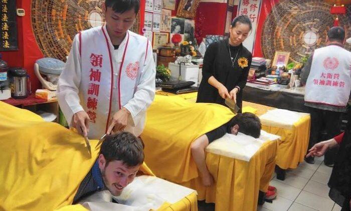 """यहाँ होती हैं """"गंडासे से मसाज"""", ग्राहक भी देख घबरा जाता हैं ( knife massage in taiwan )"""