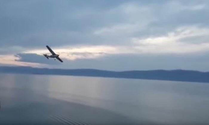 इंजन खराब होने से यात्रियों से भरा विमान जा गिरा झील में, वीडियो देखें ( after engine failure airplane crashed into russia lake video viral on youtube )