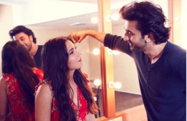 कैटरीना फैंस को फ्लाइंग किस दे ही रही थी, रणबीर कपूर ने कर दिया कैमरा बंद ( katrina kaif and ranbir kapoor is promoting the film jagga jasoos on instagram )