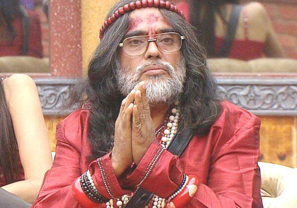 स्वामी ओम एक बार फिर महिलाओं से पिटते नजर आए, वीडियो हुआ वायरल ( viral video swami om beaten by women at jantar mantar )