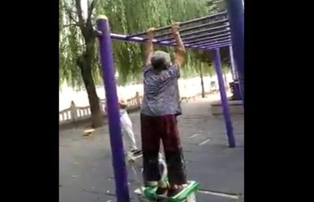 वीडियो: मंकी बार पर लटककर खतरनाक स्टंट करती दादी अम्मा ( grandmas stunt is amazing )