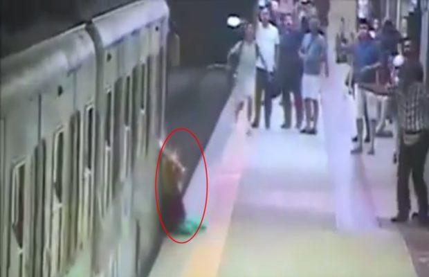 मेट्रो डॉइवर की लापरवाही से महिला की जान पर बन आई, वीडियो हुआ वायरल ( women injured during her bag trapped in metro train door )