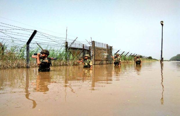 """कंधो तक पानी में डूब कर देश की रक्षा करते """"बीएसएफ जवानों"""" की तस्वीरें हुई वायरल ( viral videos and picture bsf jawans patrolling in flooded area on border )"""