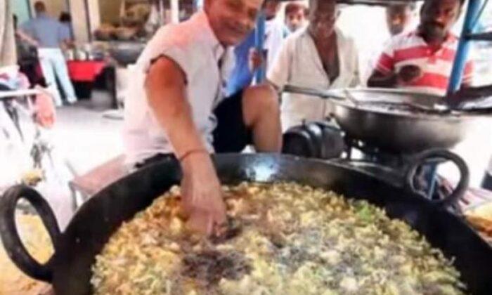 खौलते तेल में हाथ डालकर पकौड़े तलना, इन जनाबो का बाए हाथ का खेल है वीडियो में देखे ( viral video man fried pakoda useing hand )