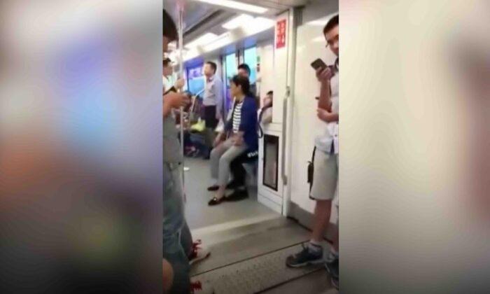 मेट्रो में जब लड़के ने न छोड़ी सीट तो गोद में ही बैठ गई महिला,वीडियो हुआ वायरल ( when the boy did not leave the seat in the metro the woman sitting in the lap the video happened viral )