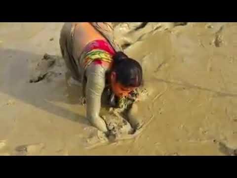 कीचड़ में मछली पकड़ने गई महिला और फिर हुआ जो वीडियो में देखे ( woman fishing viral video )