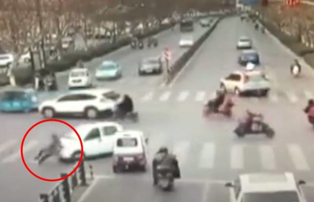सड़क पार कर रही महिला को दो बार गाड़ी ने रौंदा फिर भी बच गई जान, वीडियो हुआ वायरल ( in china pedestrian woman crushed by the same car twice )