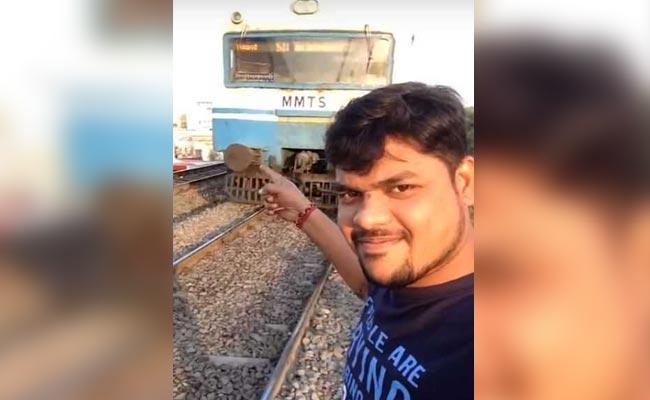 इस युवक ने दौड़ती ट्रेन के साथ सेल्फी तो ले ली, लेकिन अंजाम मौत से भी भयानक हुआ ( a person gets hit by train while recording selfie with running train in hyderabad )