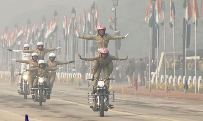 वीडियो: गणतंत्र दिवस पर पहली बार BSF की महिला टुकड़ी ने नारी शक्ति का किया ज़ोरदार प्रदर्शन ( 69th republic day 2018 first time bsf women contingent bike stunt on rajpath )