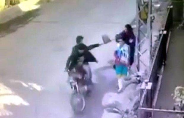 महिला ने स्नैचरों को पकड़ कर खूब पीटा,वीडियो हुआ वायरल ( viral video women caught snatching )