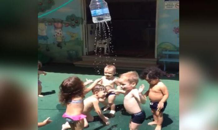 बच्चो को नहलाने का निकाला ऐसा जुगाड़, खुद बच्चे कूद-कूदकर ले रहे नहाने का मज़ा ( play school kids shower in desi style video goes viral on social media )