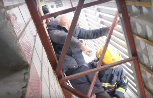 86 वर्षीय बुजुर्ग अपनी छत की बालकनी से नीचे गिरे, वीडियो में देखे ये खौफ़नाक हादसा ( firefighters viral video save old man fallen from balcony )
