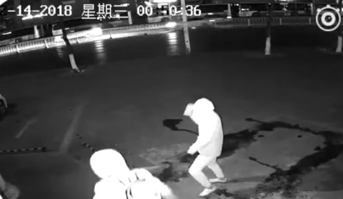 चोरी करने से पहले ही चोर हुआ बेहोश, वायरल हुआ मज़ेदार वीडियो ( viral funny cctv video dumbest thieves footage of failed robbery released by shanghai police )