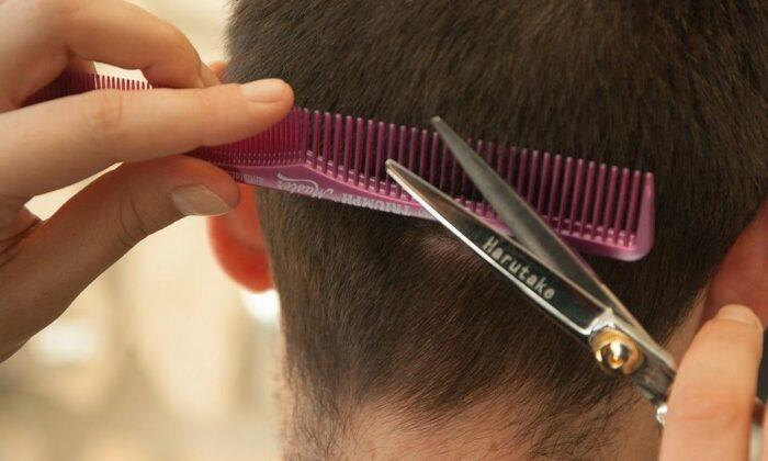 बाल काटने का ये अंदाज़ बन गया है खास, वीडियो हुआ वायरल ( man cuts his hair himself viral video )