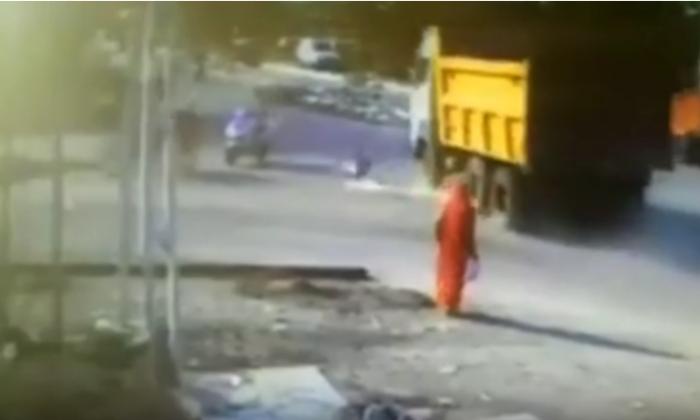 तेज रफ़्तार से आ रही डम्पर से जा भिड़ा एक शख्स, वीडियो में देखे ये खौफनाक मंज़र ( viral video dumper hit a man )