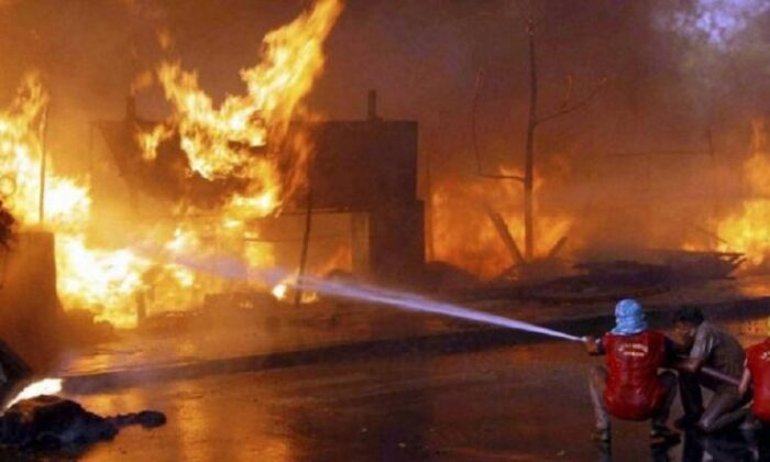 ख़ुद को झुलसा, ड्राइवर ने जलते ट्रक को चलाकर बचाई लोगो की जान ( viral video a petrol tanker caught fire while it was being emptied at a petrol pump in mps narsinghpur )