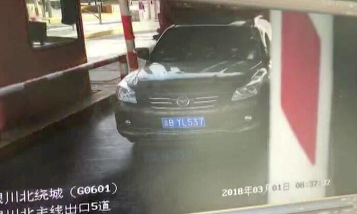 तेज रफ्तार ट्रक और एसयूवी कार के बीच खौफ़नाक टक्कर, वीडियो हुआ सीसीटीवी में कैद ( viral video out of control lorry slams into car at toll gate )