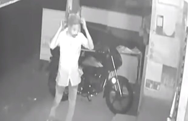 वीडियो : सीसीटीवी में कैद हुई एक बेवकूफ चोर की बेवकूफी भरी हरकते ( viral video robber who got caught by cctv footage due to his comedy behaviour )