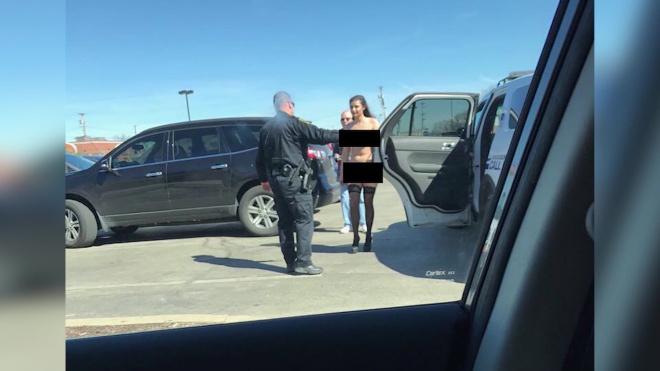 मॉडल को न्यूड फोटोशूट करवाना पड़ा महंगा, भरना पड़ा 300 डॉलर जुर्माना ( model chelsea guerra and photographer michael warnock arrested for nude photoshoot in mall )