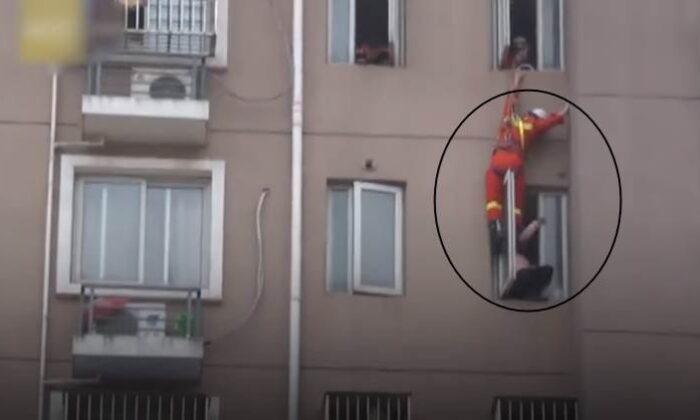 8वें फ्लोर की खिड़की से कूदकर सुसाइड करने जा रही लड़की का वीडियो हुआ वायरल ( viral videos firefighter saves woman by kicking her inside )