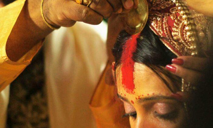 किनारे पर सिंदूर लगाने वाली स्त्री से पति भी जल्द कर लेता है किनारा ( sindoor importance and right way to apply )